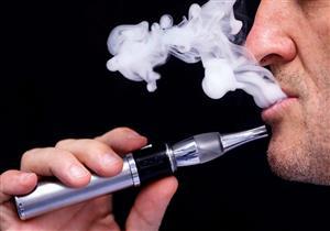 """""""FDA"""" تكشف عن ارتفاع استخدام السجائر الإلكترونية بين الشباب"""