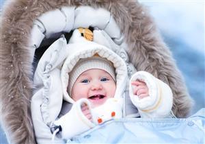 التدفئة الزائدة للطفل تضره ولا تحميه من البرد.. إليك الحل