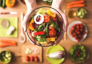 دراسة تنصحك بتناول الطعام الصحي في أطباق كبيرة.. لماذا؟