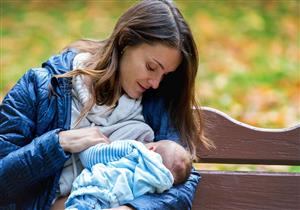 تنظيم الرضاعة الطبيعية قد يقلل إدرار اللبن.. تجنبي هذا الخطأ