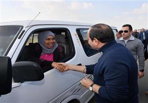 """""""قلب الأسد"""".. من هي سيدة الميكروباص التي صافحت السيسي اليوم؟"""