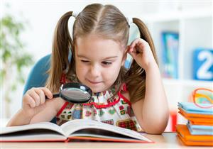 انتبه.. 8 علامات تشير لمعاناة طفلك من مشكلة في العين
