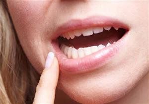 """فوائد عديدة لـ""""مساج اللثة"""".. بينها حماية الأسنان من التساقط"""