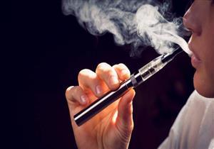 ماذا يحدث عند انفجار السجائر الإلكترونية في فم مستخدميها؟