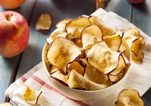 بدلًا من الشيبسي.. حضروا سناك التفاح المقرمش بسعرات حرارية أقل