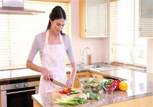 إحداها تناول العجين.. 8 أخطاء شائعة يرتكبها البعض في المطبخ