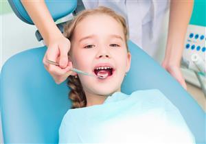 للأمهات.. طرق للعناية بأسنان طفلك خلال تبديلها