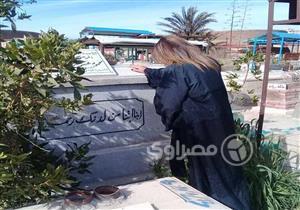 """بوسي شلبي تحتفل بعيد الحب عند قبر """"الساحر"""" محمود عبد العزيز - صورة"""