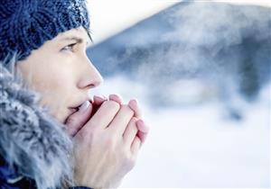 سبب غريب وراء برودة أيدي النساء والأطفال في فصل الشتاء
