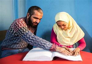 صديقان في الدراسة والخير.. أحمد وعبد الرحمن كفيفان يعلمان الأطفال