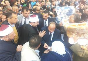 بالصور- وزير الأوقاف يوزع البطاطين على الأسر الأكثر احتياجا بالإسكندرية