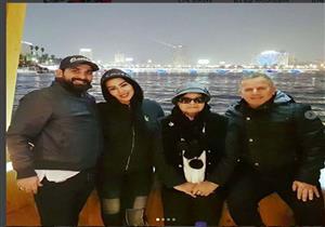 بالصور.. عزومة على النيل تجمع سمية الخشاب وأحمد سعد مع صديق لبناني
