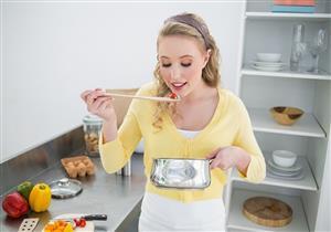 هل يضر تذوق الطعام أثناء طهيه بالصحة؟