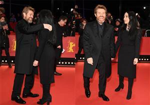 """بالصور.. ويليام دافو يتغلب على البرد في حفل تكريمه بـ""""قبلة"""" لزوجته"""