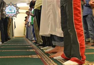 ما حكم الصلاة على الكراسي في وسط المسجد بعيدًا عن الصفوف؟
