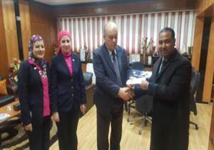 """تكريم العامل الأمين في مطار القاهرة بعد عثوره على """"آي فون X"""""""