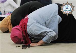 حكم تغطية المرأة لقدمها في الصلاة داخل المنزل؟