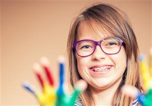 دليلك للعناية بأسنان طفلك خلال فترة التقويم
