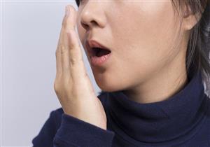 بعيدا عن الطعام.. 4 أسباب لرائحة الفم الكريهة