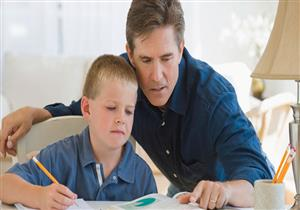 دراسة.. الآباء في بريطانيا يقضون وقتًا أقل لمساعدة أبنائهم في الدراسة مقارنة بباقي الدول