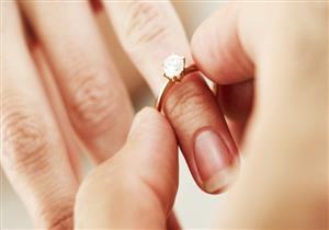 شاب يتقدم للزواج من صديقته على قمة جبل جليدي.. وهكذا ردها