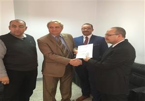 """وزارة الإسكان تواصل تسليم شهادات """"أمان"""" للعمالة المؤقتة والموسمية"""