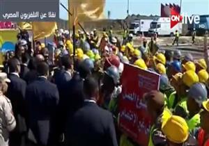 """عمال مشروعات شرق بورسعيد يستقبلون السيسي بهتافات: """"تنتخبوا مين؟"""""""