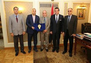 وزير التعليم العالي يكرم مدير التعليم الخاص لرفضة رشوة عميد معهد