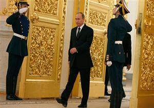 """بالفيديو- بعد فوزه في الانتخابات.. ما السر وراء طريقة سير """"بوتين"""" الغريبة؟"""