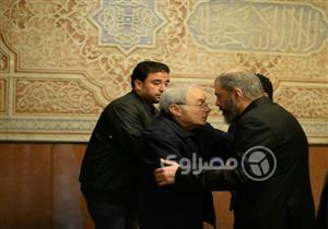 بالصور.. هاني رمزي وعمرو يوسف في عزاء شقيق عمرو عبدالجليل
