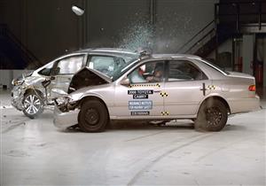 IIHS يرصد بالفيديو خسائر حادث تصادم بين تويوتا كامري 2000 وهوندا FIT 2015