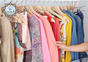 ما حكم تغيير المرأة ملابسها في غير بيتها؟