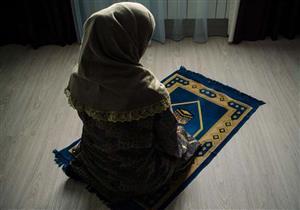 متى تصلي المرأة الظهر يوم الجمعة؟ وهل تسقط عنها بحضور الجمعة في المسجد؟