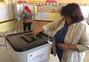 """وزيرة الثقافة تدلي بصوتها وتهتف مع الناخبين """"تحيا مصر"""""""