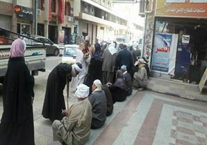 """بالصور- تكدس المواطنين أمام فروع """"تسهيل"""" لإجراء بصمة العمرة"""