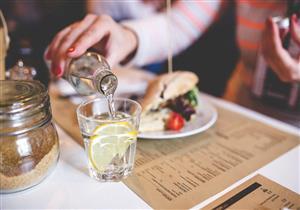 هل شرب الماء أثناء الطعام مضر حقا؟