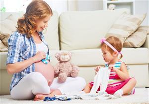 كيف تهيئين طفلك لإنجاب مولود جديد؟