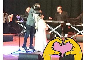 """حسام حبيب يغني ويرقص و""""يحضن"""" شيرين  أمام الجمهور في حفل """"كازبلانكا"""""""