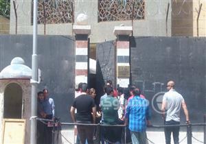"""أمام سفارتهم بمصر.. سوريون ينهون أوراقهم غير عابئين بـ""""الضربة الغربية"""""""