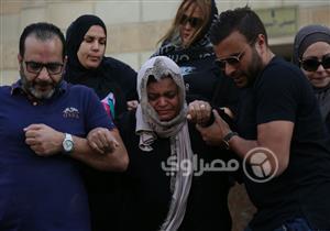 بالصور... انهيار والدة شيرين عبد الوهاب في جنازة والدها