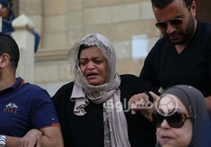 بالصور- غياب شيرين وانهيار والدتها.. 5 لقطات من جنازة والدها