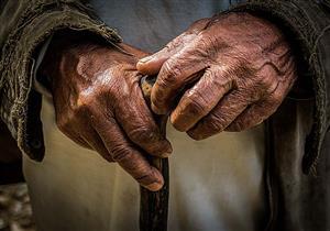 رجل مسن لا يستطيع المشي.. فهل له أن يقصر ويجمع الصلاة وأن يتيمم؟