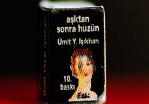 شاعر تركي يصدر أصغر كتاب شعر في العالم (صور)