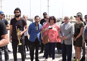 بالصور- إيناس عبدالدايم تقود مسيرة السلام في مهرجان شرم الشيخ للمسرح