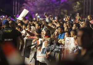 تزايد الأعداد أمام مقر حملة السيسي في التجمع الخامس