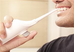 هل جهاز تنظيف الأسنان بالماء أفضل من الخيط الطبي؟