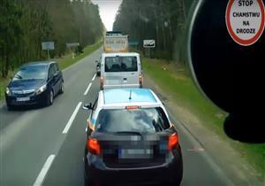 فيديو| سائق يلقي بالقمامة من سيارته على جانب الطريق وآخرون يلقنونه درسًا