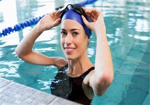 «الكلور بريء».. لهذا السبب تصاب باحمرار العين بعد السباحة