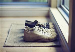 تدخل المنزل وأنت مرتدي الحذاء؟.. إليك أضرار هذه العادة