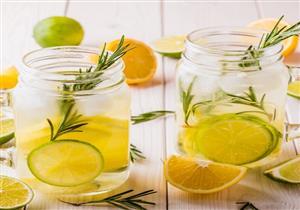 فوائد صحية بالجملة لعصير إكليل الجبل بالليمون